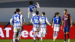 Pemain Real Sociedad, Mikel Oyarzabal, melakukan selebrasi usai mencetak gol ke gawang Barcelona pada laga semifinal Piala Super Spanyol di Stadion Nuevo Arcangel, Rabu (13/1/2021). Barcelona menang adu penalti dengan skor 3-2. (AP/Jose Breton)