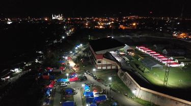 Foto udara menunjukkan tenda-tenda di tempat penampungan darurat di Mamuju (19/1/2021). Tempat pengungsian ini dibangun untuk orang-orang yang terdampak gempa berkekuatan 6,2 yang mengguncang pulau Sulawesi pada 15 Januari 2021. (AFP/Adek Berry)