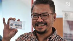 CEO KLY Steve Christian menunjukkan kartu Perfeq Rider di Stasiun BNI City, Jakarta, Rabu (31/10). Pemberian kartu tersebut sebagai apresiasi PT Railink terhadap Steve Christian sebagai pengguna rutin kereta bandara. (Merdeka.com/Iqbal S. Nugroho)