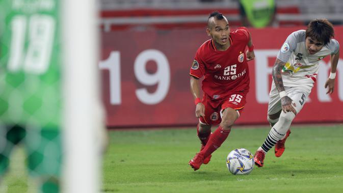Gelandang Persija Jakarta, Riko Simanjuntak, menggiring bola saat melawan Shan United pada laga Piala AFC 2019 di SUGBK, Jakarta, Rabu (15/5). Persija menang 6-1  atas Shan United. (Bola.com/M Iqbal Ichsan)