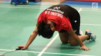 Tunggal Putri Indonesia, Gregoria Mariska Tunjung terjatuh saat melawan Tai Tzu Ying (Taiwan) di Babak Kedua Indonesia Open 2017 di JCC Plenary Hall, Jakarta, Kamis (15/6). Gregoria kalah 13-21, 16-21. (Liputan6.com/Helmi Fithriansyah)