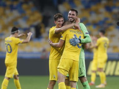 Para pemain Ukraina merayakan kemenangan mereka atas Spnyol usai pertandingan UEFA Nations League di Olimpiyskiy Stadium, Kyiv, Ukraina, Selasa  (13/10/2020). Ukraina memenangkan pertandingan tersebut 1-0. (AP Photo/Efrem Lukatsky)