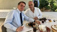 Duta Besar Yossi Shelley dan Presiden Jair Bolsonaro sedang makan siang, dengan hidangan utama seperti lobster namun penampakannya disensor asal. (Dokumentasi Kedutaan Israel di Brasil)