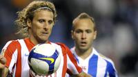 Deportivo Coruna's Laure vies with Atletico Madrid's Uruguayan Diego Forlan during their Spanish first league match at the Riazor Stadium in La Coruna, on April 12, 2009. AFP PHOTO/MIGUEL RIOPA