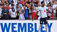 Jesse Lingard melakukan selebrasi ala Cristiano Ronaldo saat mencetak gol pertama Timnas Inggris ke gawang Andorra pada laga kelima Grup I kualifikasi Piala Dunia 2022 zona Eropa di Stadion Wembley, Minggu (5/9/2021) malam WIB. (AFP/Justin Tallis)
