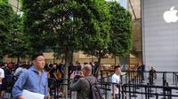 Suasana antrean iPhone 11 di Apple Apple Orchard Road, Singapura, Jumat (20/9/2019). Liputan6.com/Yuslianson