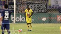 Pemain Sriwijaya FC, Yanto Basna saat beraksi melawan Arema pada Piala Presiden 2017 di Stadion Manahan, Solo, (26/2/2017). Arema berhasil menang 3-1. (Bola.com/Nicklas Hanoatubun)
