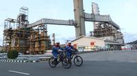 Petugas mengendarai sepeda saat melakukan pengecekan di area Refinery Unit V Balikpapan, Kalimantan Timur, Senin (22/7/2019). Kapasitas Kilang Balikpapan ditargetkan akan naik sekitar 38 persen. (Liputan6.com/Angga Yuniar)
