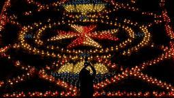 Pengunjung memotret pajangan lilin selama Festival Cahaya Cittadella, di Benteng abad pertengahan di Victoria, Pulau Gozo, Malta, (16/3). Sekitar 30 ribu lilin bertebaran di Victoria. (REUTERS / Darrin Zammit Lupi)
