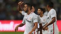 Pemain Sevilla, Pablo Sarabia berselebrasi usai mencetak gol ke  gawang Barcelona pada pertandingan Piala Super Spanyol di Tangier, Maroko, (13/8). Barcelona berhasil mengalahkan Sevilla dengan skor 2-1. (AP Photo/Mosa'ab Elshamy)