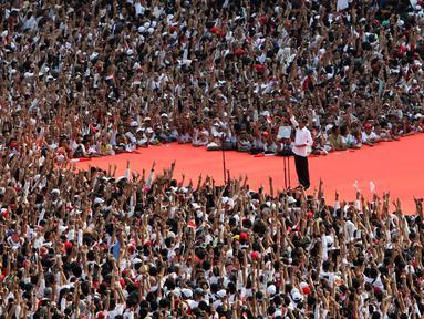 Capres nomor urut 01 Joko Widodo atau Jokowi memberikan pidato pada kampanye akbar di Stadion Utama GBK, Senayan, Jakarta, Sabtu (13/4). Jokowi menyampaikan rasa terima kasihnya kepada semua pihak yang sudah hadir di Stadion GBK dalam rangka Konser Putih Bersatu. (Liputan6.com/Angga Yuniar)