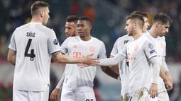 Pemain Bayern Munchen merayakan kemenangan atas Lokomotiv Moscow pada laga lanjutan Liga Champions 2020/2021 di RZD Arena, Rabu (28/10/2020) dini hari WIB. Bayern Munchen menang 2-1 atas Lokomotiv. (AFP/Maxim Shemetov/pool)