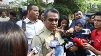 Sekjen Partai Gerindra Ahmad Muzani memberi keterangan saat tiba di rumah Prabowo Subianto di Kertangara, Jakarta, Jumat (28/6/2019). Prabowo menggelar silaturahmi antarpartai koalisi yang telah saling memberi dukungan sepanjang proses Pilpres 2019. (Liputan6.com/Angga Yuniar)