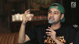 Aktor Raffi Ahmad saat peluncuran trailer dan poster film Kesempatan Keduda di Jakarta, Senin (10/9). Film Kesempatan Keduda dirilis oleh rumah produksi milik Raffi Ahmad, RA Pictures. (Liputan6.com/Herman Zakharia)
