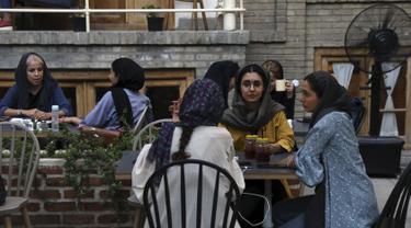 Sejumlah wanita berbincang saat menikmati sore hari di sebuah kafe di pusat kota Teheran, Iran (10/8/2019). Taheran merupakan ibu kota Iran yang memiliki populasi 8.000.000 (metropolitan: 10.000.000). (AP Photo/Vahid Salemi)