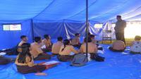 Sekolah darurat di Lombok pasca gempa Lombok, ruang sekolah darurat tidak nyaman dan jam belajar lebih pendek. (Komisi Perlindungan Anak Indonesia)