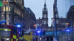 Enam orang dilaporkan tewas setelah sebuah truk sampah masuk ke jalur pejalan kaki di pusat Kota Glasgow, Skotlandia, Selasa (23/12/2014). (REUTERS/Stringer)