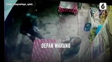 Aksi nekat dilakukan oleh seorang pria yang mencuri handphone seorang penyandang disabilitas saat sedang nongkrong di depan meja warung.
