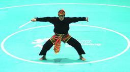 Pesilat Indonesia, Puspa Arumsari, saat beraksi pada Asian Games di Arena Silat TMII, Jakarta, Senin (27/8/2018). Puspa meraih medali emas kelas seni kategori tunggal putri dengan nilai 467. (Merdeka.com/Arie Basuki)