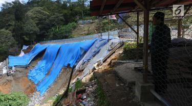 Warga melihat kondisi area lokasi longsor di kawasan Ciloto, Cianjur, Jawa Barat, Sabtu (31/3). Longsor yang terjadi pada Rabu (28/3) lalu diduga adanya pergerakan tanah sehingga menyebabkan longsor. (Liputan6.com/Helmi Fithriansyah)