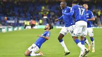 Striker Everton, Dominic Calvert-Lewin, melakukan selebrasi usai mencetak gol ke gawang Arsenal pada laga Liga Inggris di Stadion Goodison Park, Minggu (20/12/2020). Everton menang 2-1 atas Arsenal. (Peter Powell/Pool via AP)