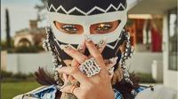 Tampil nyentrik dengan topeng, Rihanna hampir tak dikenali saat di Coachella.