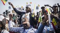 Warga memberikan hak suara dalam pemilu presiden Senegal. (Jane Hahn/AP)