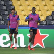 Bek Manchester United Prancis Raphael Varane (kiri), gelandang Paul Pogba (kedua dari kiri) dan Jesse Lingard ambil bagian dalam sesi latihan di Bern (13/9/2021). Manchester United akan bertanding melawan Young Boys pada Grup F Liga Champions di Stadion Wankdorf. (AFP/Sebastien Bozon)