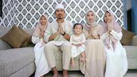 Pemain PSM Makassar, Zulkifli Syukur, bersama keluarga. (Bola.com/Abdi Satria)