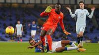 Striker Everton, Dominic Calvert-Lewin (bawah), dijatuhkan kiper Chelsea, Edouard Mendy, yang menghasilkan hukuman penalti dalam laga lanjutan Liga Inggris 2020/21 pekan ke-12 di Goodison Park Stadium, Sabtu (12/12/2020). Everton menang 1-0 atas Chelsea. (AFP/Jon Super/Pool)