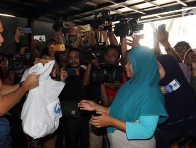 Pendiri AHY Foundation Agus Harimurti Yudhoyono memberikan paket berupa kebutuhan pokok di Kantor AHY Foundation, Jakarta, Rabu (13/6). Harga paket sembako tersebut dijual seharga 50 ribu. (Liputan6.com/Johan Tallo)