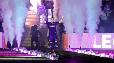Gelandang baru Fiorentina, Franck Ribery mengacungkan jempolnya saat menyapa fans selama perkenalan resmi dirinya di Florence, Italia (22/8/2019). Pemain asal Prancis ini resmi dikontrak Fiorentina selama dua musim. (AP Photo/Claudio Giovannini)