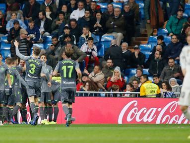 Pemain Real Sociedad merayakan gol mereka ke gawang Real Sociedad pada laga pekan ke-18 La Liga Spanyol di Santiago Bernabeu, Minggu (6/1). Real Sociedad meraih kemenangan 2-0 atas Real Madrid. (AP Photo/Paul White)