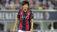 2. Takehiro Tomiyasu (Bologna) - Pemain berusia 22 tahun ini merupakan bek pilihan utama Sinisa Mihajlovic di Bologna. Pemain berpaspor Jepang itu memiliki harga 16,2 juta poundsterling atau sekira Rp315 miliar.  (AP/Marco Vasini)