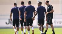 Pelatih Juventus, Massimiliano Allegri (kanan) bersama para pemain bersiap mengikuti sesi latihan tim jelang menghadapi Valencia pada grup H Liga Champions di Turin, Italia (18/9). (AFP Photo/Marco Bertorello)