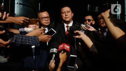 Plt DKPP, Muhammad memberikan keterangan terkait sidang kode etik kepada Komisioner KPU Wahyu Setiawan di Gedung KPK, Jakarta. Rabu (15/1/2020). Wahyu Setiawan sebelumnya ditetapkan KPK sebagai tersangka dugaan penerimaan suap penetapan anggota DPR terplih 2019-2020. (merdeka.com/Dwi Narwoko)