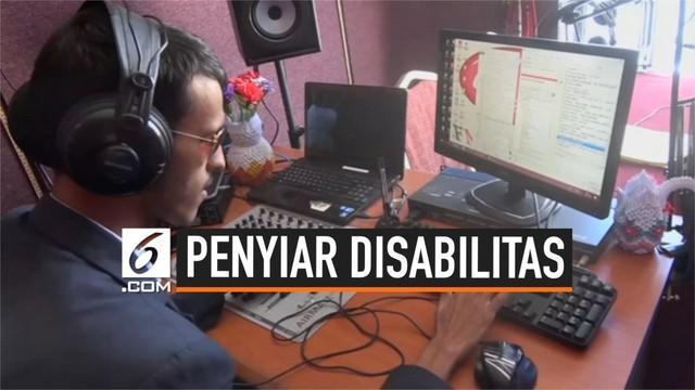 Seorang pria berhasil mematahkan stereotip dan menggapai mimpinya menjadi penyiar radio meski menyandang disabilitas. Ia bahkan menjadi penyiar radio disabilitas pertama di Sanaa, Yaman.