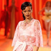 Rihanna pun menggunakan lingerie cantik berwarna merah jambu saat acara Victoria Secret tahun 2012. (ERIK PENDZICH/REX/SHUTTERSTOCK)