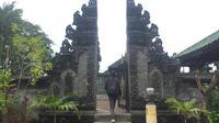 Sepasang gapura yang menjadi gerbang masuk Pura Segara Jakarta. (dok. Liputan6.com/Esther Novita Inochi)
