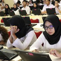 Peserta bersiap mengikuti tes Seleksi Kompetensi Dasar (SKD) calon pegawai negeri sipil (CPNS) di Gedung Wali Kota Jakarta Selatan, Jumat (26/10). Tes SKD CPNS dilakukan di 269 titik lokasi tes di 34 provinsi di Indonesia. (Liputan6.com/Immanuel Antonius)