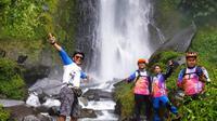 Gelontoran dua gelombang besar curug atau air terjun Cisarua, Cilawu, Garut, Jawa Barat mampu menyejukan siapapun pengunjung yang datang. (Liputan6.com/Jayadi Supriadin)