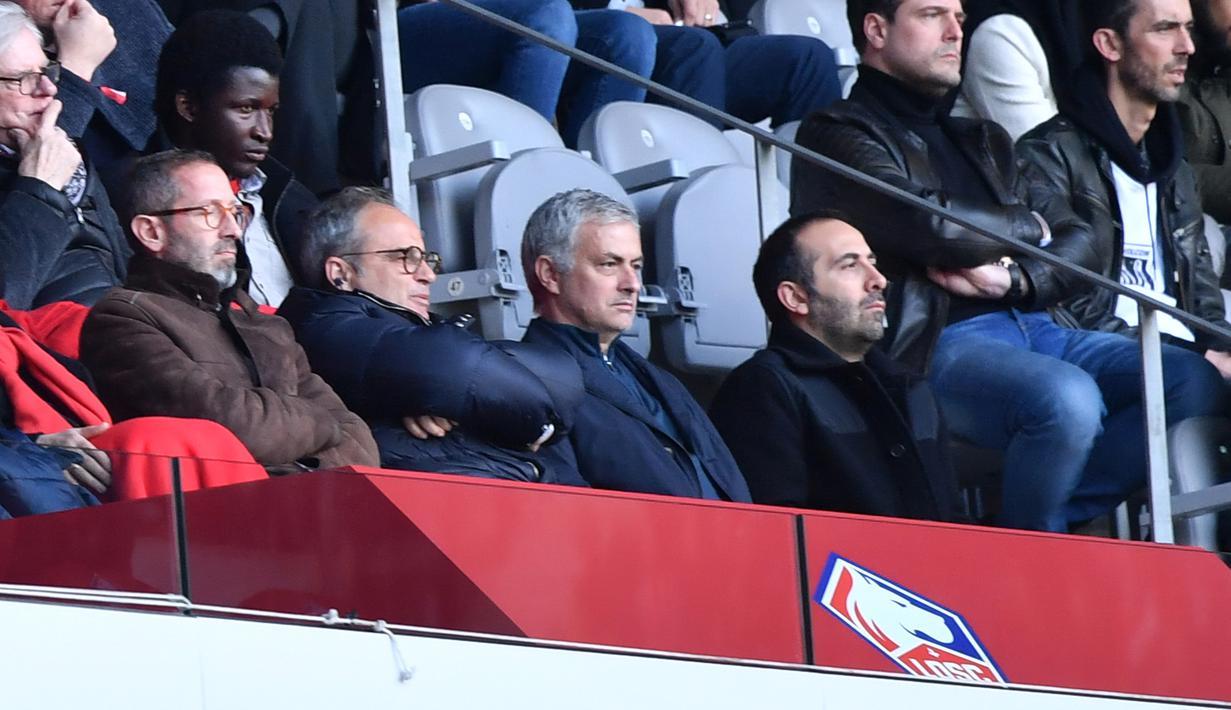 Mantan pelatih Manchester United Jose Mourinho (tengah) bersama Manajer Lille Marc Ingla dan Direktur Lille Luis Campos menonton Ligue 1 antara Lille dan Montpellier di Stadion Pierre Mauroy, Villeneuve-d'Ascq, Prancis, Minggu (17/2).(Philippe HUGUEN/AFP)