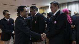 Ketua Pengurus Pusat PBVSI, Imam Sudjarwo, menyalami pengurus pusat PBVSI yang terpilih di Gedung KONI, Jakarta, Kamis (28/2). Imam Sudjarwo terpilih kembali sebagai ketua untuk periode 2018-2022. (Bola.com/Yoppy Renato)