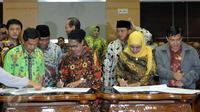 Mensos dan Menteri PPPA dengan 7 fraksi di Komisi VIII DPR menyetujui Perpu Perlindungan Anak atau dikenal Perppu Kebiri dibawa ke rapat paripurna DPR untuk disahkan menjadi UU, Jakarta, (26/7). (Liputan6.com/Johan Tallo)