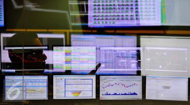 Pekerja mengamati layar pergerakan saham di BEI, Jakarta, Senin (13/2). Pembukaan perdagangan bursa hari ini, Indeks Harga Saham Gabungan (IHSG) tercatat menguat 0,57% atau 30,45 poin ke level 5.402,44. (Liputan6.com/Angga Yuniar)