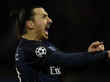 Ekspresi striker Paris Saint-Germain, Zlatan Ibrahimovic, setelah mencetak gol ke gawang Chelsea dalam babak 16 Besar Liga Champions di Stadion Parc des Princes, Paris, (16/2/2016). (AFP/Franck Fife)