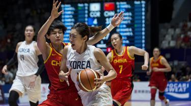 Pebasket China saat melawan Korea Bersatu pada laga final basket wanita Asian Games di Istora, Jakarta, Sabtu (1/9/2018). China menang 71-65 atas Korea Bersatu. (Bola.com/Vitalis Yogi Trisna)