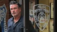 Aktor Alec Baldwin berjalan keluar dari Kantor Polisi New York, Jumat (2/11). Aktor sekaligus paman Hailey Baldwin itu sempat ditahan usai terlibat dalam pekelahian dengan seorang pria dewasa saat sedang memperebutkan tempat parkir. (AP/Julie Jacobson)