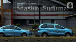 Antrean taksi yang sedang menunggu penumpang terlihatdi kawasan Jalan Jenderal Sudirman, Jakarta, Jumat (1/5/2020). Para pengemudi taksi mengaku sulit mendapatkan penumpang di tengah penerapan Pembatasan Sosial Berskala Besar (PSBB) akibat pandemi COVID-19. (merdeka.com/Imam Buhori)