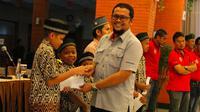 Semen Padang menyantuni anak yatim di Gedung Serba Guna (GSG) PT Semen Padang, Selasa (23/10/2018), jelang 8 besar Liga 2 2018. (Bola.com/Arya Sikumbang)